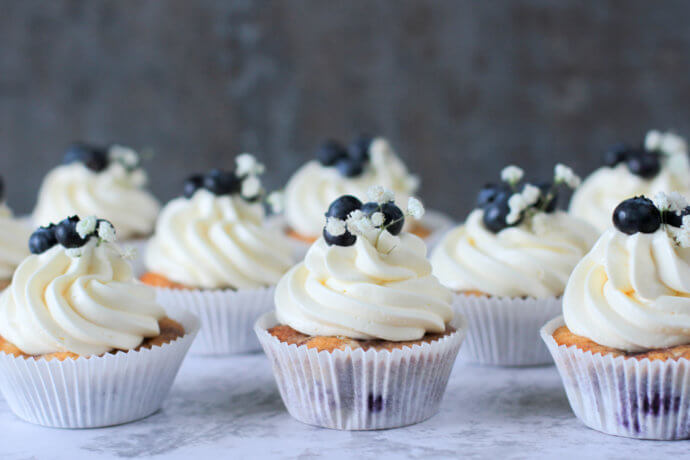 Blaubeer Cupcakes mit Buttercreme   Blueberry Cupcakes with Buttercream Frosting