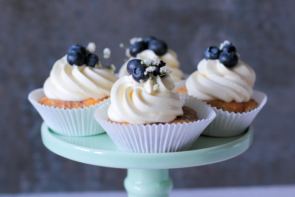 Blaubeer Cupcakes mit Buttercreme | Blueberry Cupcakes with Buttercream Frosting